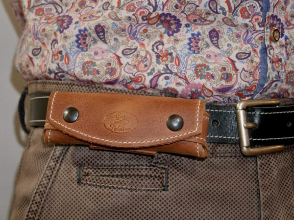 Etui à couteau en cuir marron, port horizontal à la ceinture par Cuir Polaine, Artisan Maroquinier, Artisan de France