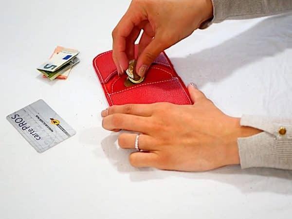 Porte-monnaie à rabat en cuir vachette grainé rouge en situation par Cuir Polaine, Artisan Créateur Maroquinier, Artisan de France