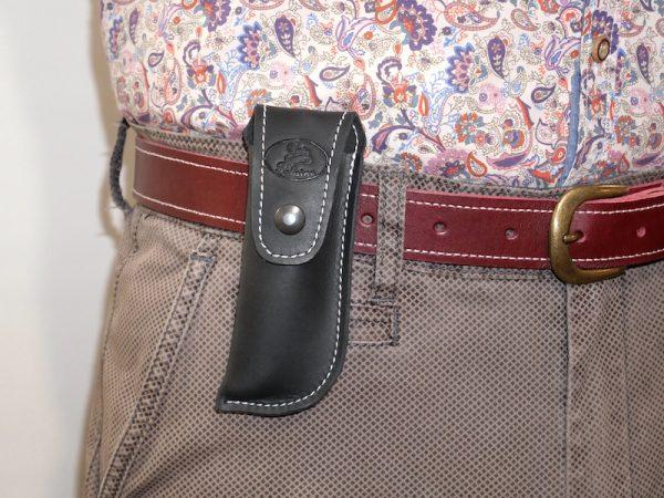 Etui à couteau en cuir 4 tailles, 3 coloris, port vertical à la ceinture en situation par Cuir Polaine, Artisan Maroquinier, Artisan de France