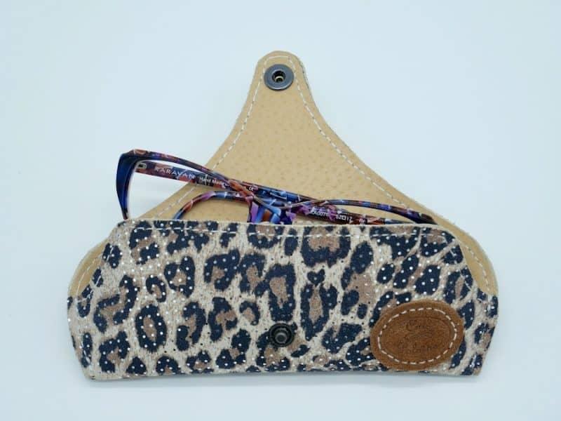 Etui à lunettes artisanal cuir léopard par l'Atelier Cuir Polaine Cévennes