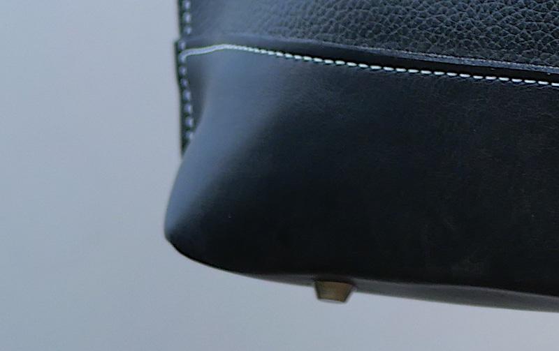 Sac cabas Anthea noir détails pieds par Cuir Polaine, Artisan Créateur Maroquinier, Artisan de France