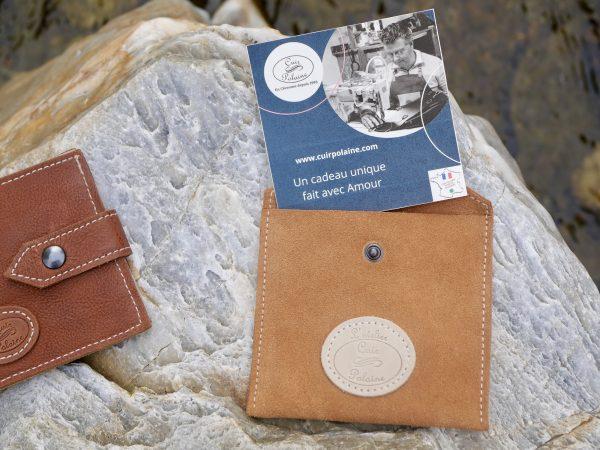 Présentation Carte cadeau neutre avec pochette en cuir marron Cuir Polaine fabriquées par Artisan Créateur Maroquinier, Artisan de France