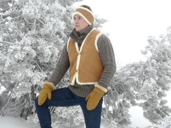 Gilet en cuir fourré en laine de mouton sans manches adulte mixte marron avec bouton en bois, par Cuir Polaine, Artisan Créateur, Artisan de France
