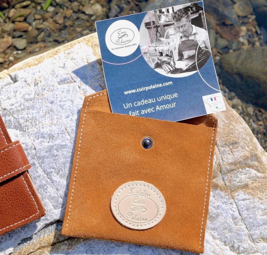Présentation Carte cadeau avec pochette en cuir Cuir Polaine fabriquées par Artisan Créateur Maroquinier, Artisan de France
