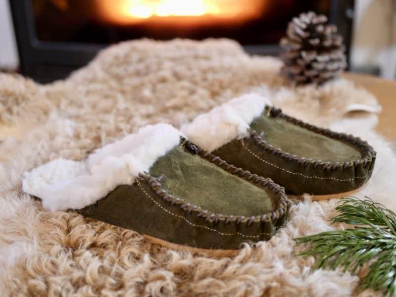 Mules mocassin homme vert kaki en cuir fourrées 100 % laine de mouton, par Cuir Polaine, Artisan Créateur, Artisan de France